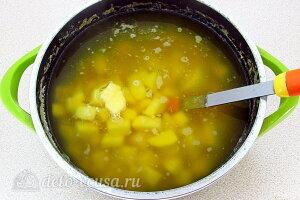 Солдатский гороховый суп с перловкой и тушенкой: Добавляем картошку в кастрюлю и