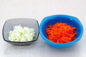 Армейский гороховый суп с тушенкой: Режем лук и трем морковь