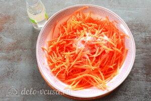 Хе из щуки по-корейски: Добавляем к морковке уксус и соль