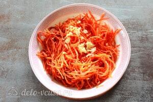 Хе из щуки по-корейски: Вынимаем лук, а кипящее масло добавляем к морковке