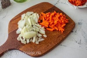 Куриный суп с манкой, пекинской капустой и морковью по-корейски: Режем лук и морковь
