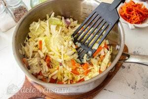 Куриный суп с манкой, пекинской капустой и морковью по-корейски: Жарим овощи с капустой на плите
