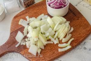 Пирог из лаваша с тушеной капустой: Режем лук