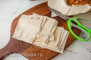 Пирог из лаваша с тушеной капустой: Режем пол листа лаваша на квадраты