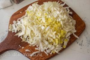 Пирог из лаваша с тушеной капустой: Режем соломкой капусту