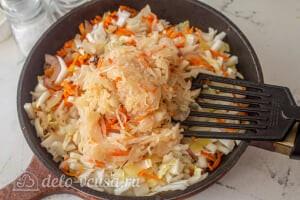 Пирог из лаваша с тушеной капустой: Добавляем квашеную сковороду в сковороду