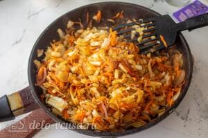 Пирог из лаваша с тушеной капустой: Тушим капусту до готовности, добавляем специи и соль по вкусу