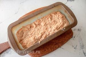 Пряный морковный кекс с орехами: Перекладываем тесто в форму для выпечки и отправляем в духовку