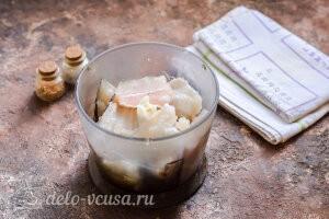 Рыбные тефтели в сливочном соусе: Отделяем филе хека от костей