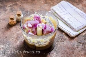 Рыбные тефтели в сливочном соусе: Добавляем в чашу репчатый лук