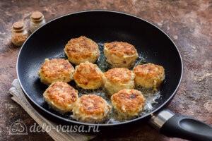 Рыбные тефтели в сливочном соусе: Формируем тефтели и жарим их на сковороде