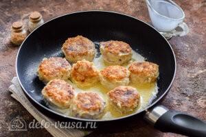 Рыбные тефтели в сливочном соусе: Доабвляем сливки и тушим до готовности