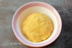 Яблочные трубочки на кефире: Добавляем муку и замешиваем тесто