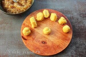 Яблочные трубочки на кефире: Делим тесто на порции
