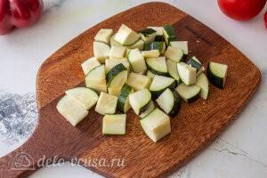 Запеченные овощи «Экспресс-рататуй»: Режем кубиками цуккини или кабачки