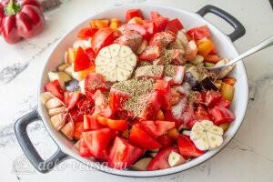 Запеченные овощи «Экспресс-рататуй»: Добавляем специи и чеснок и кладем все в форму