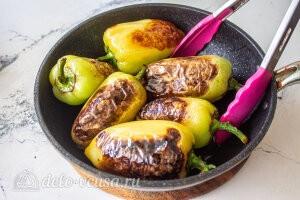 Жареный перец с чесноком и зеленью: Жарим перец на сковороде до черных опалин