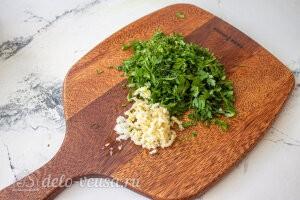 Жареный перец с чесноком «Минутный»: Измельчаем зелень и чеснок