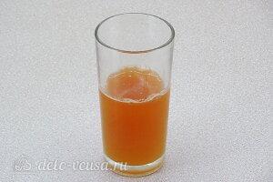 Желе из яблок с черноплодной рябиной: Пропускаем яблоки через соковыжималку