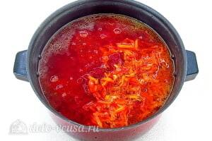 Борщ с яблоками: Добавляем в бульон тушеную свеклу и обжаренные овощи