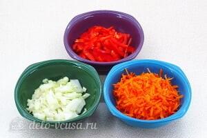 Борщ с яблоками: Режем морковь, лук и сладкий перец
