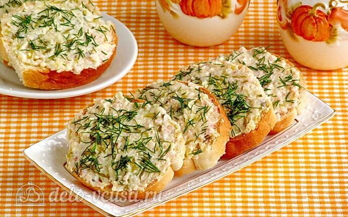 Бутерброды с солеными огурцами и кальмарами