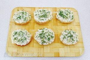 Бутерброды с солеными огурцами и кальмарами: Смазываем хлеб кальмаровой намазкой