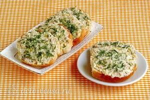 Бутерброды с солеными огурцами и кальмарами готовы