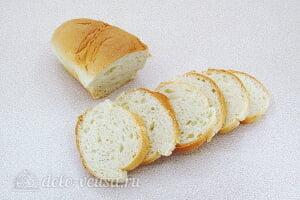 Бутерброды с солеными огурцами и кальмарами: Режем батон ломтиками