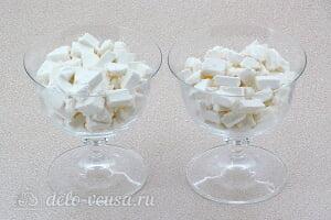 Десерт из зефира с фруктами «Идиллия»: Режем зефир кусочками и кладем в креманки