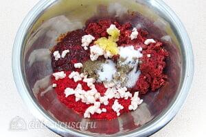 Домашняя колбаса из субпродуктов: Соединяем все ингредиенты и специи