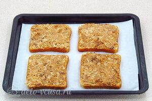 Горячие бутерброды с рыбными консервами в томате: Смазываем хлеб рыбной массой