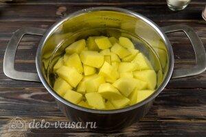 Картофельные зразы с капустой: Режем и варим картошку для теста