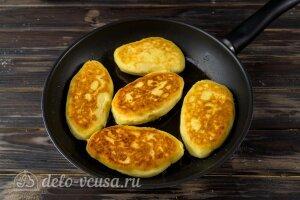 Картофельные зразы с капустой: Жарим картофельные пирожки до готовности