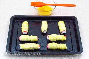 Крабовые палочки в слоеном тесте: Смазываем трубочки взбитым яйцом