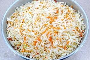Квашеная капуста в рассоле: Перемешиваем капусту с морковью