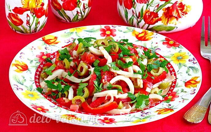 Салат из кальмаров с оливками и овощами