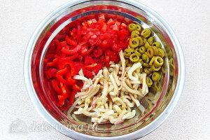 Салат из кальмаров с оливками и овощами: Соединяем все ингредиенты в одной емкости