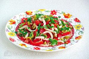 Салат из кальмаров с оливками и овощами готов
