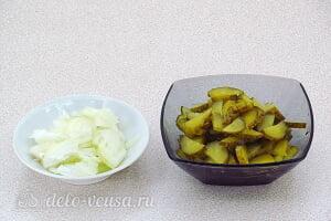 Салат с солеными огурцами и яблоками: Режем лук и соленый огурец