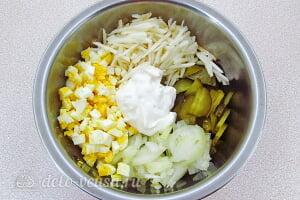 Салат с солеными огурцами и яблоками: Соединяем все ингредиенты вместе