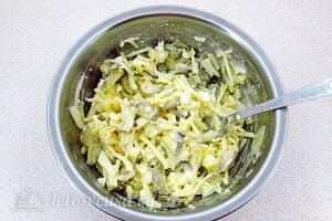 Салат с солеными огурцами и яблоками: Перемешиваем салат
