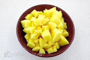 Щи по-уральски с перловкой: Режем картошку