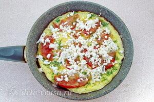 Омлет с помидорами и брынзой: Посыпаем сыром и накрываем крышкой