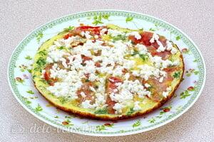 Омлет с помидорами и сыром брынза готов