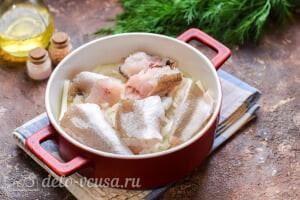 Рыба в духовке под овощным соусом: Кладем лук и рыбу в форму для выпечки