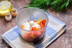 Рыба в духовке под овощным соусом: Соединяем перец со сметаной и специями