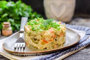 Салат «Столичный» с курицей готов