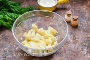 Салат «Столичный» с курицей: Режем вареный картофель кубиками