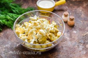 Салат «Столичный» с курицей: Режем вареные яйца